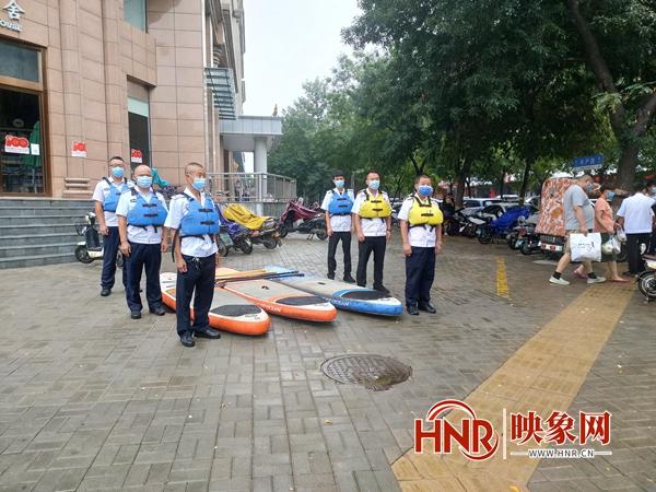 郑州巡防队员穿着救生衣备着皮划艇应对新一轮强降雨