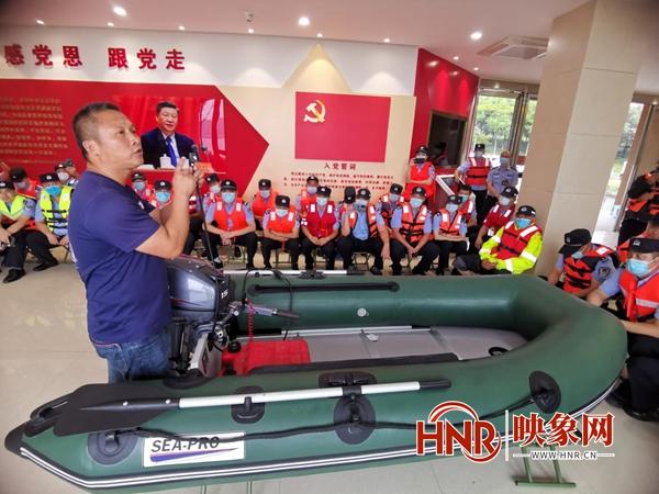 应对暴雨极端天气 郑州公安开展水上救援演练