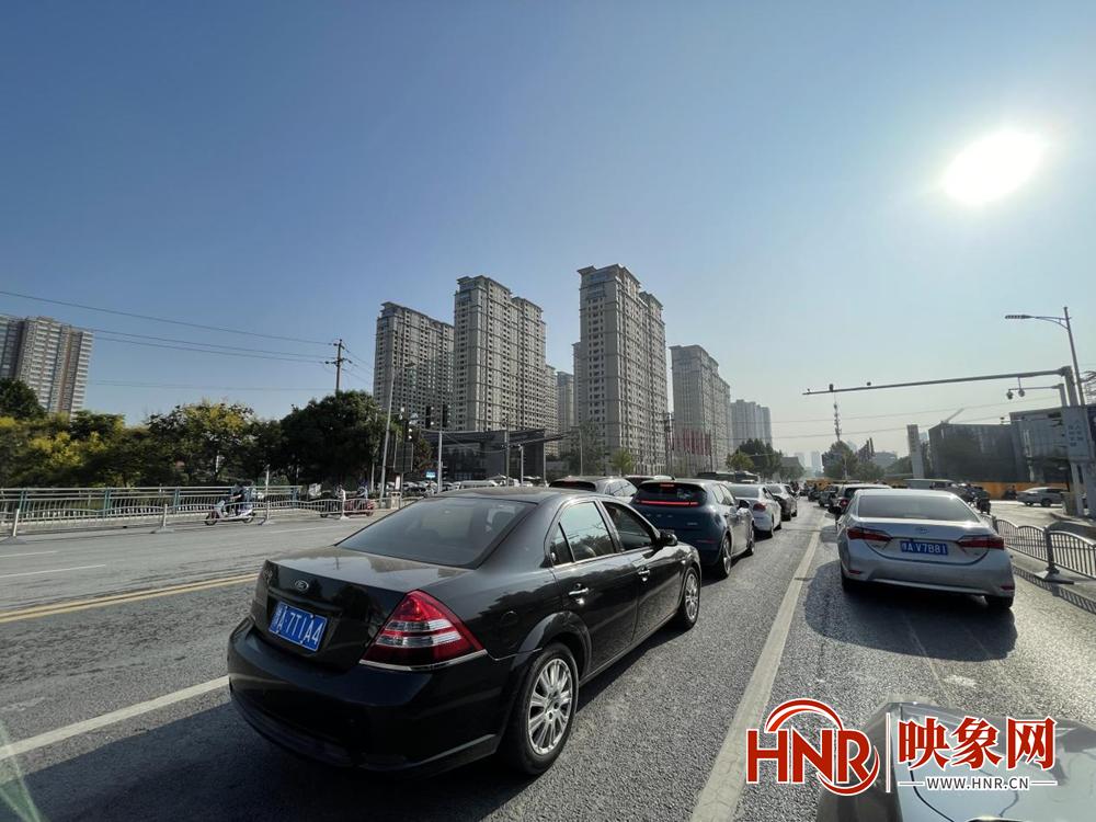 郑州恢复机动车尾号限行首日市民:早高峰拥堵点明显减少