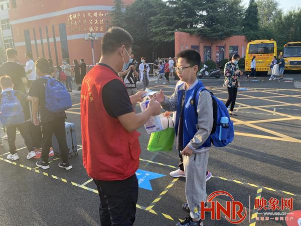 开学第一天郑州公交志愿者护航上学路 家长坦言很放心