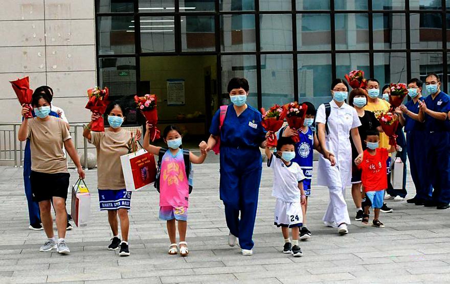 福建本轮疫情本土患者首批8人出院