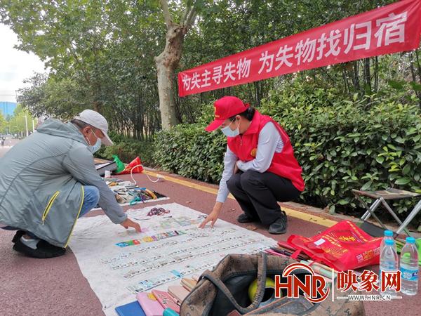 """身份证、钥匙、钱包……郑州公交失物还主""""小集市""""开张了"""