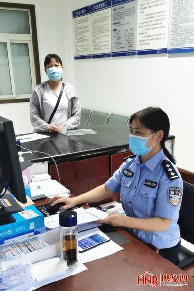 信阳:男子滞留国外身份证过期 光山公安在线服务