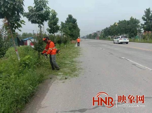 周口项城:修剪路肩高草 确保道路整齐美观