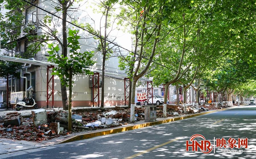郑州:两百多米围墙坍塌占压人行道 最窄处仅有十公分宽