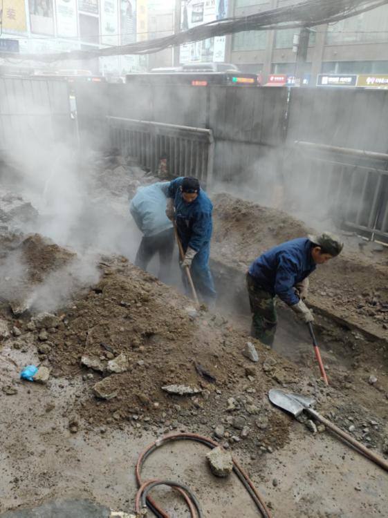 1月16日早上7点 郑州市一马路热力管网突发泄漏