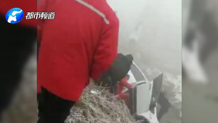 点赞!濮阳一辆SUV大雾天侧翻水沟 众人齐心抬车救人