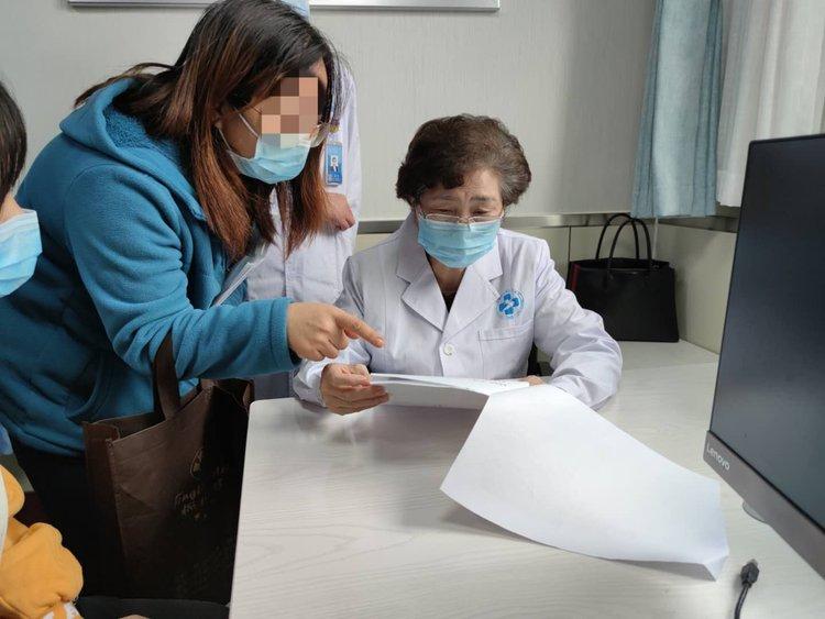 李兰娟院士来到郑州在郑州市第三人民医院开展义诊