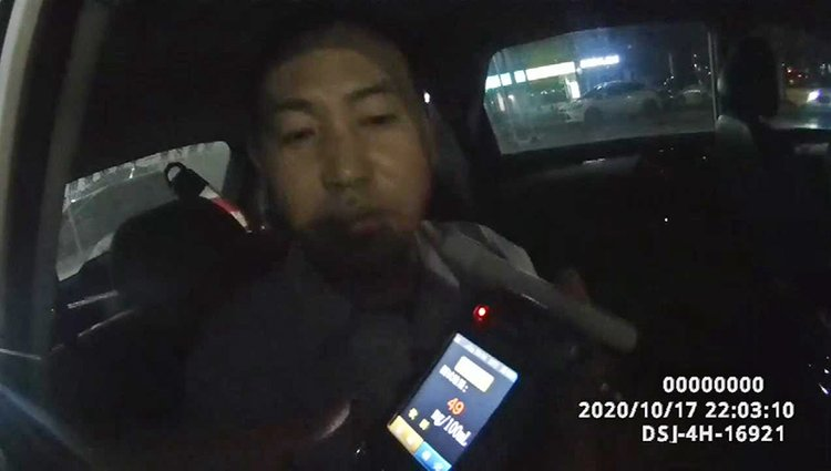 """啪啪打脸!郑州一网约车司机被查坚称没喝酒,检测棒""""高喊"""":您喝酒了"""