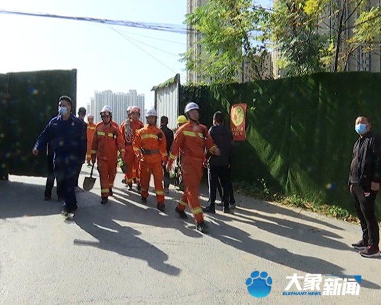 郑州一工地挖管道深坑时发生坍塌,致2死2伤