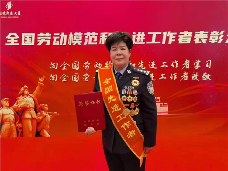 """警界""""花木兰""""刘成晓荣膺全国先进工作者称号"""