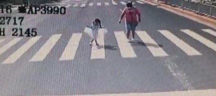 """公交車長禮讓斑馬線 小女孩回敬""""公主禮"""""""