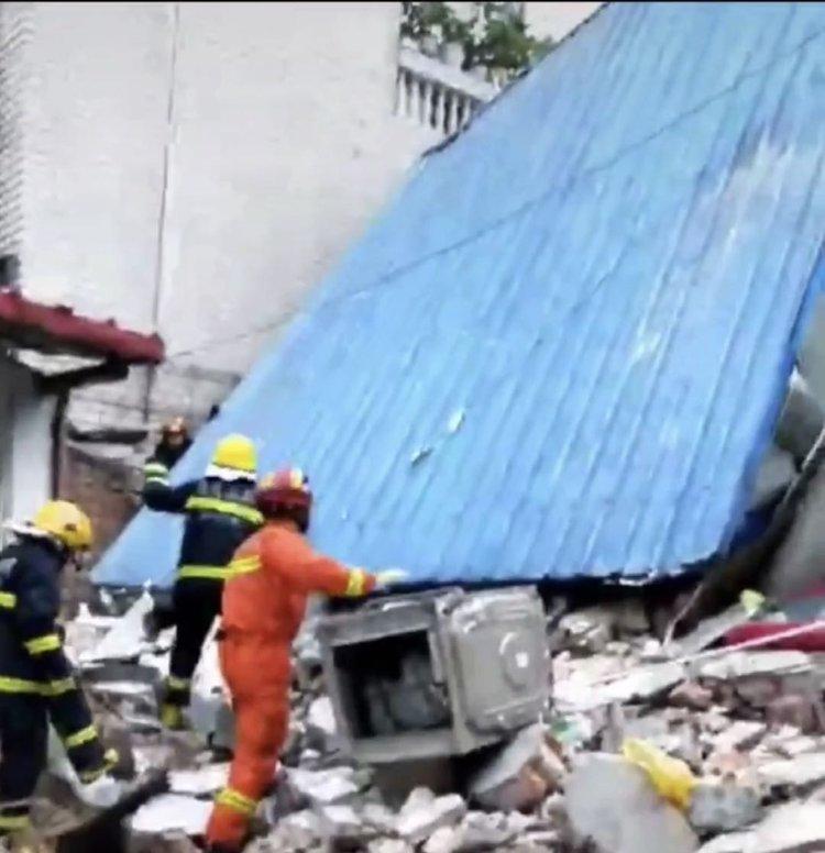 周口一民房倒塌5人被救出 伤者亲属称已有两位伤者因抢救无效死亡