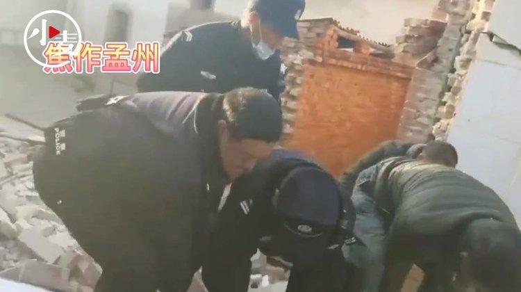 焦作孟州:村民家中使用液化气不当发生爆炸被埋,民警争分夺秒救出伤者