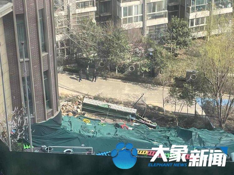 新郑维也纳湖畔小区内幼儿园发生塌陷,教学楼地基裸露