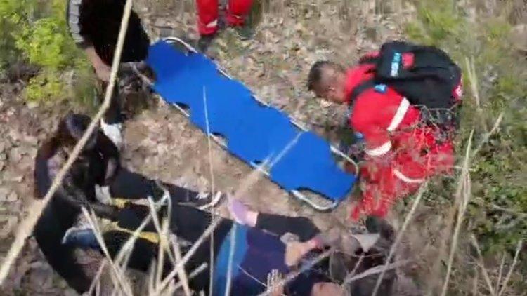 72岁老人跌落山坡摔伤盆骨 千米山谷众人披荆斩棘接力救援
