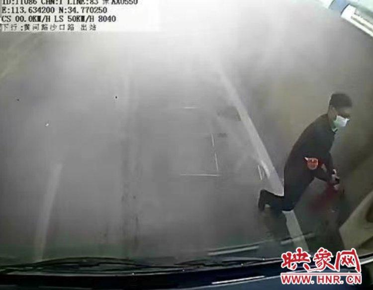 私家车起火 郑州公交车长三次手持灭火器冲上前灭火