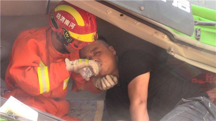"""""""你趴我身上休息会儿,但别睡"""",车祸现场消防员边喂水边充当靠椅,及时救出昏昏欲睡司机"""