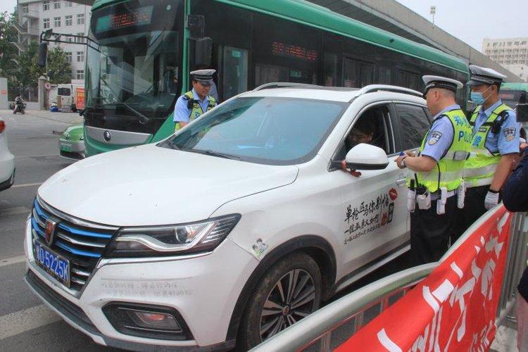 提升电动自行车骑乘人员安全防护 郑州交警开展安全宣传活动