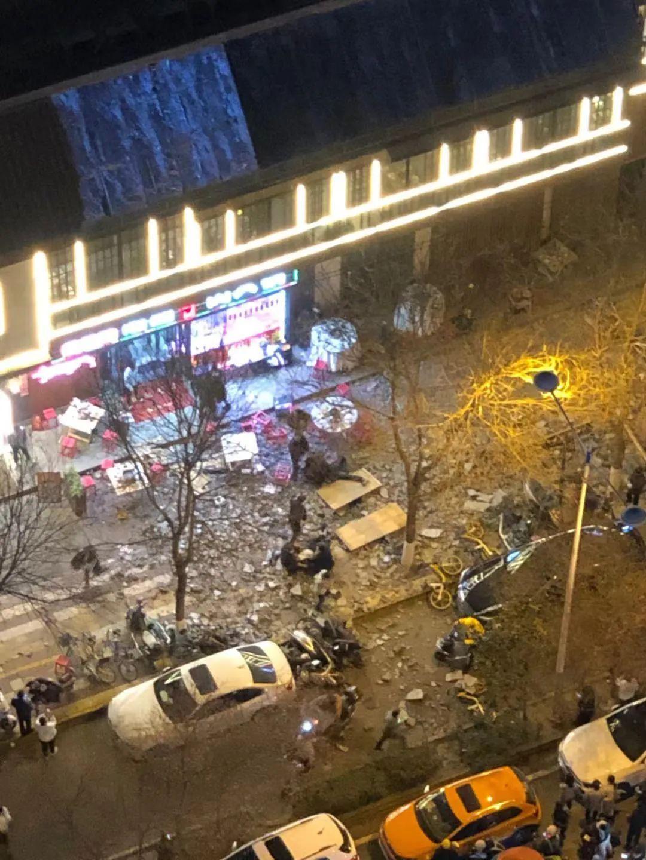 深夜突发!西安一餐饮店建筑垮塌,砸伤多人