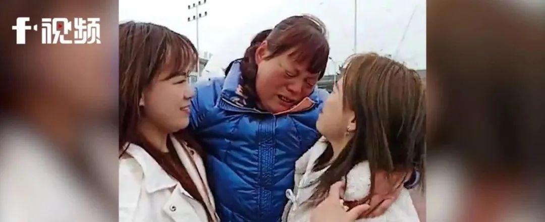 女孩网上刷到和自己长得一模一样的人 养母失声痛哭……