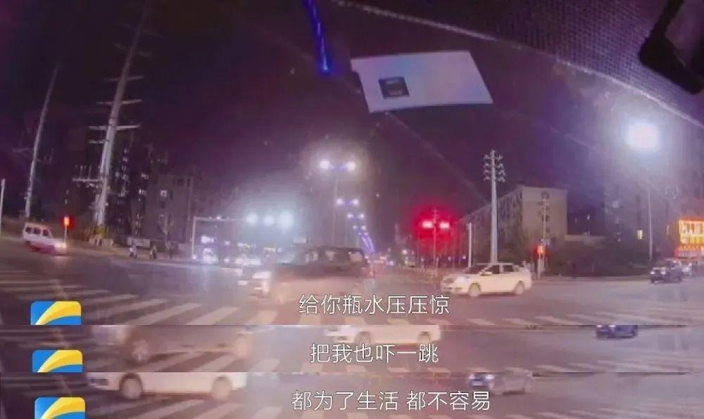 外卖小哥闯红灯险被撞,司机怒斥,随后一幕却被网友热赞(视频)