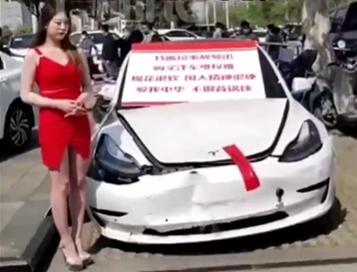 是同一人!上海车展维权女孩,曾在3月份拿大喇叭站车顶维权