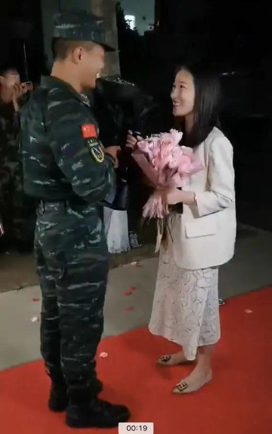 太甜!河南武警向女友求婚,隔壁消防员却走红
